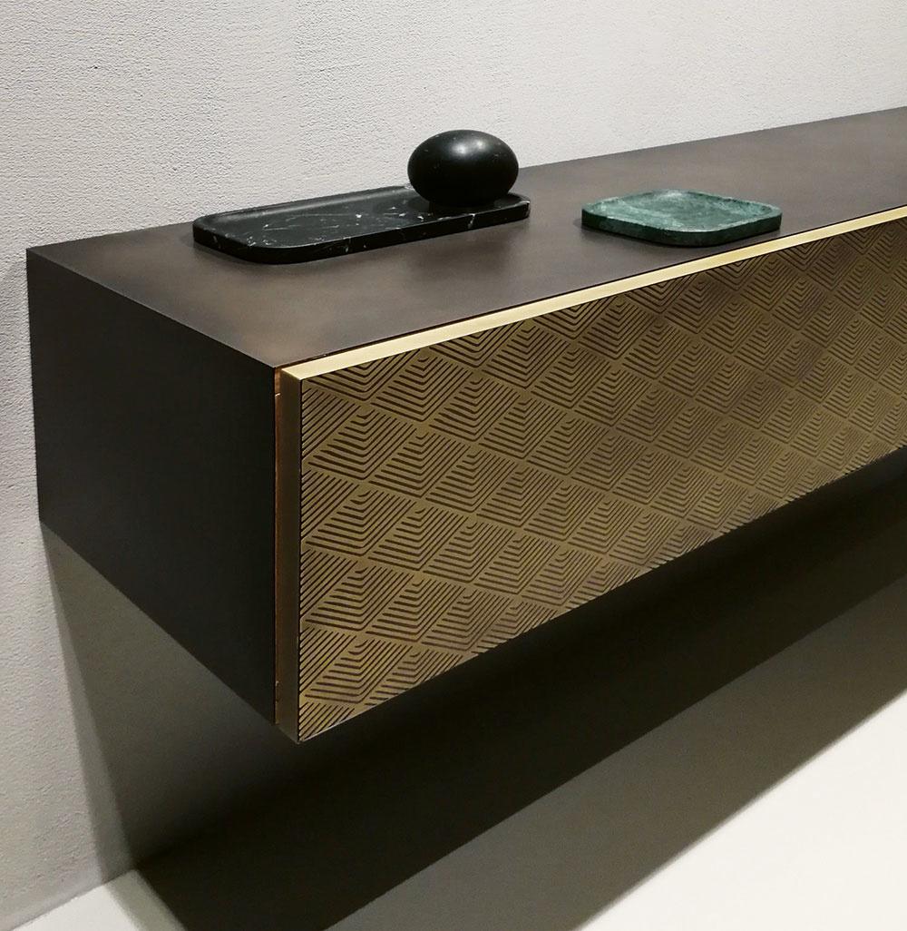 Jednou zvýhod kovu je to, že môže mať rôzne textúry. Od nepravidelných prírodných cez minimalisticky hladké až po precízne vzory.