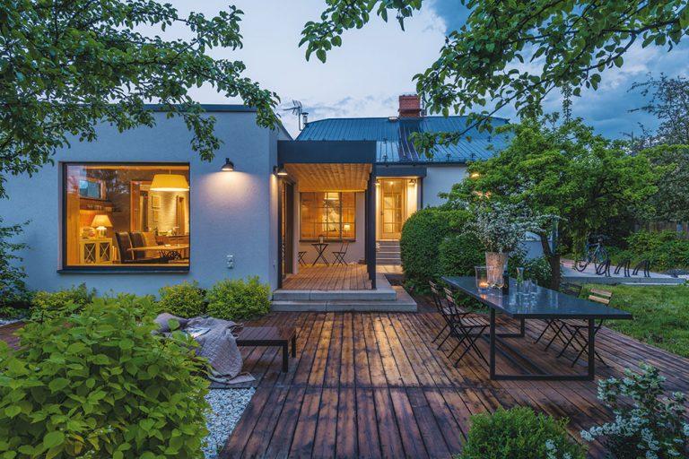 Premyslená prístavba rodinného domu s úžasnou kuchyňou je spätá so záhradou