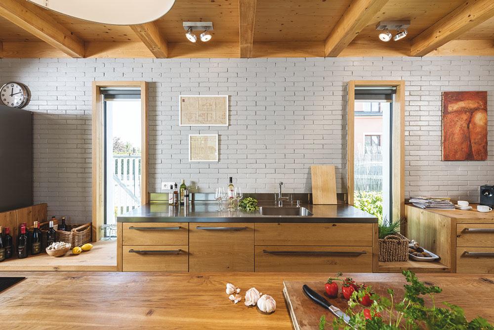 Absencia horných skriniek kuchynskej linky dodá vašej kuchyni čistý a moderný vzhľad. Pri plánovaní prístavby môžete tento voľný priestor využiť radšej na okná a vpustiť tak do svojej kuchyne viac svetla.