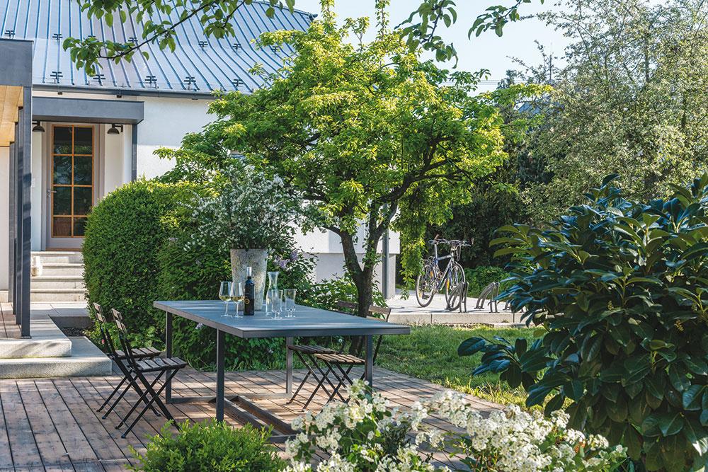 Žiadny dom nie je kompletný bez pekného vonkajšieho sedenia. Tento priestor terasy doslova nabáda kposedeniu spriateľmi pri pohári kvalitného moravského vínka počas dlhých teplých letných večerov.