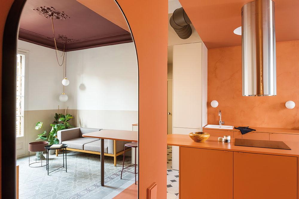 Zo zničeného bytu je po strastiplnej ceste optimistický terakotový apartmán