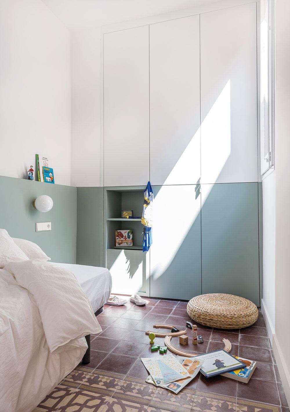 Nábytok vdetskej izbe si dali domáci urobiť na mieru. Horizontálna farebná línia plynule prechádza zo stien ina skrine, vďaka čomu pôsobí izba priestrannejšie.