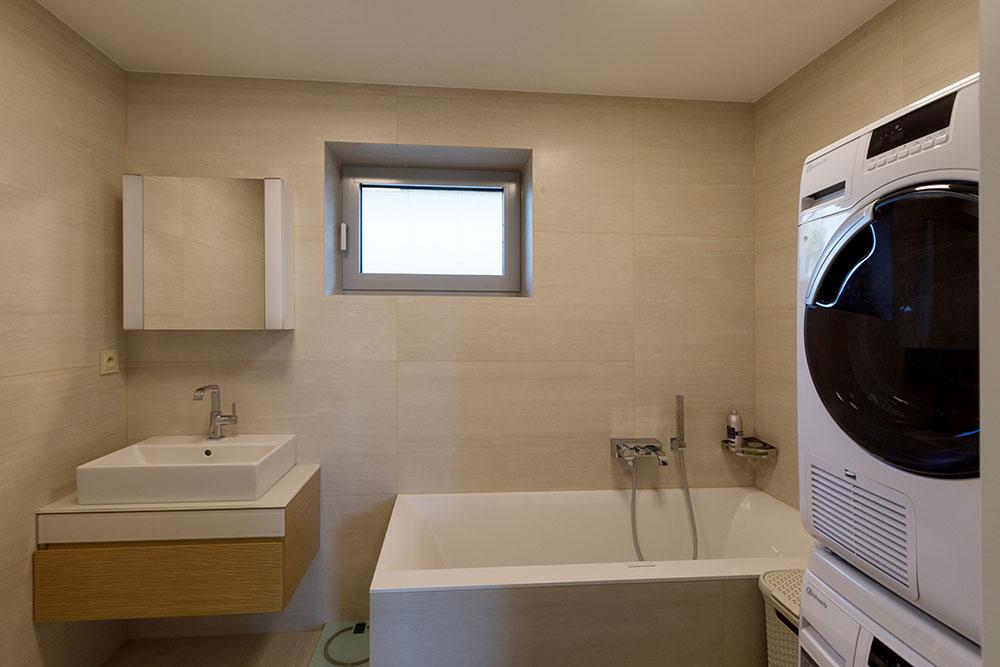 kúpeľňa s vaňou, práčkou a sušičkou