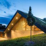 moderný rodinný dom v Poľsku so zelenou strechou