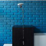 Modrú nájdete na stene obývačky