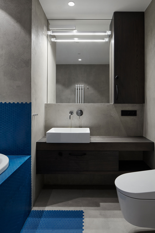 modrá mozaika okolo vane