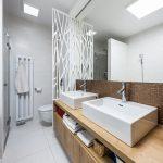 WC oddelené kovovou zástenou