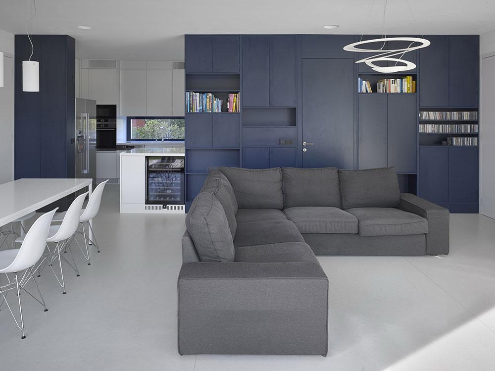 obývacia izba so sivou pohovkou