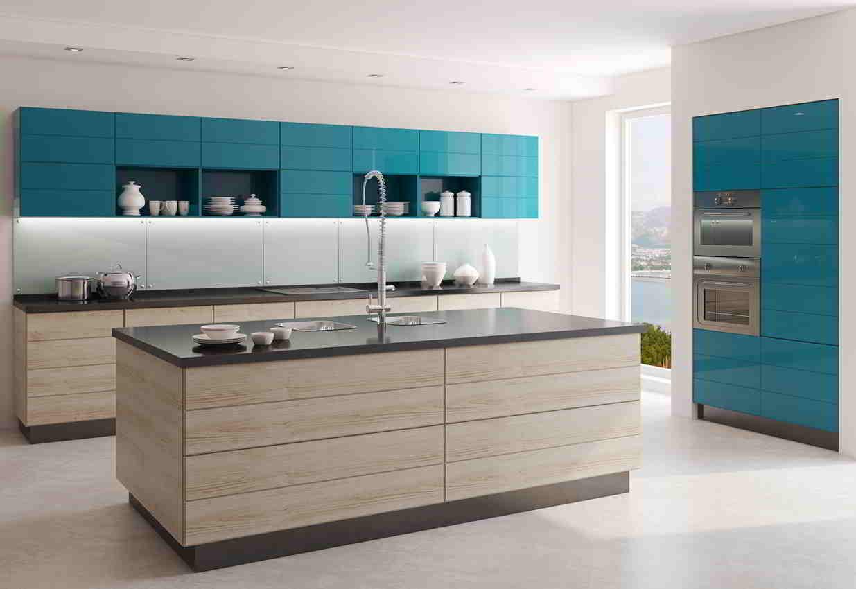 kuchyňa s modrozelenou linkou a svetlým ostrovom
