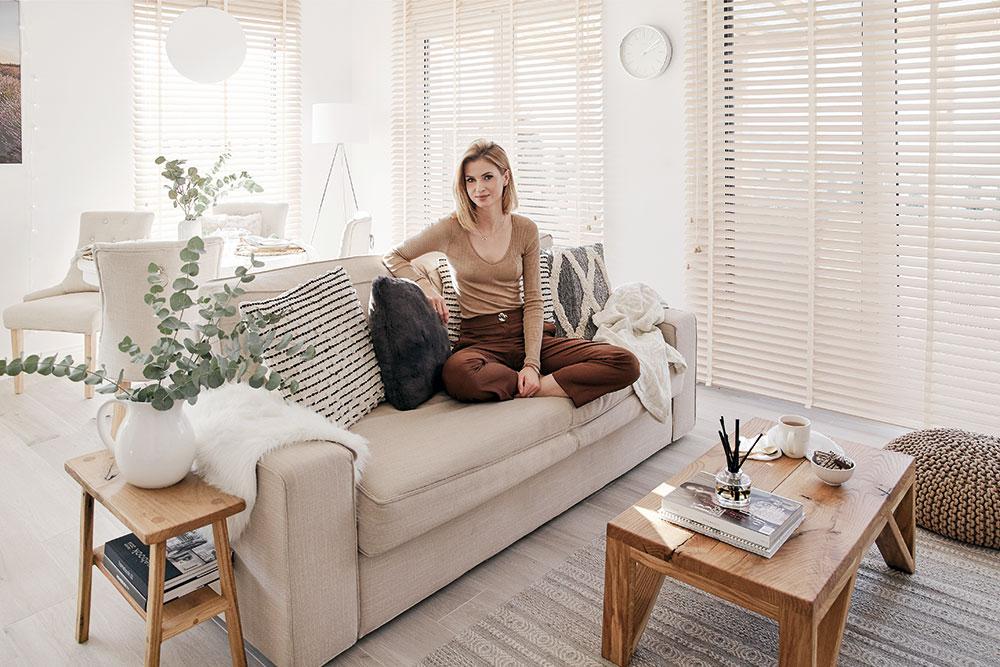 obývacia izba v svetlých tónoch