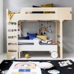 Veselú posteľ z brezovej preglejky môžete uložiť podľa vašej fantázie. Horná posteľ je určená pre deti od 6 rokov, dolné lôžko pre mladšieho súrodenca. Viac na www.rafa-kids.com