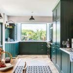 Rhiannon od začiatku vedela, že chce zelenú kuchyňu. Konkrétny odtieň na tmavozelené skrinky, rovnako aj ružovú farbu na steny si namiešala sama.