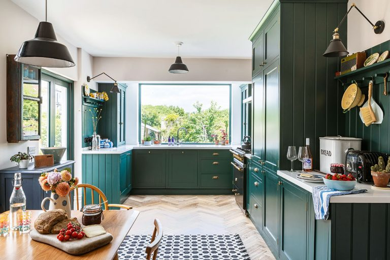 Krásna zelená kuchyňa, na ktorú sa oplatilo čakať