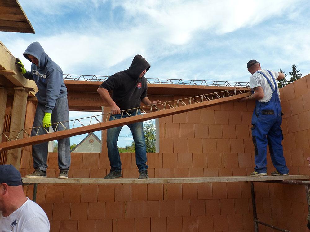 Stropné nosníky sú pomerne ťažké, ale s partiou kamarátov či pomocníkov ich možno vykladať na múry aj ručne. Práve svojpomocná montáž bez použitia techniky je hlavnou prednosťou polomontovaných stropov.
