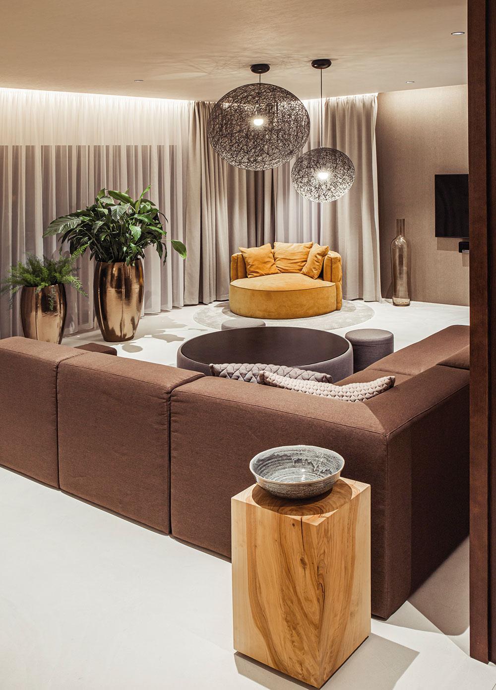 Pohovka v obývacej izbe je vyrobená na mieru