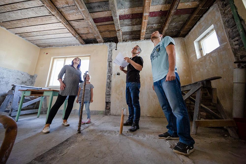 Architekt s rodinou Hučkovcov, pre ktorých projekt RenovActive rekonštruoval dom, plánuje nový drevo-betónový spriahnutný strop.