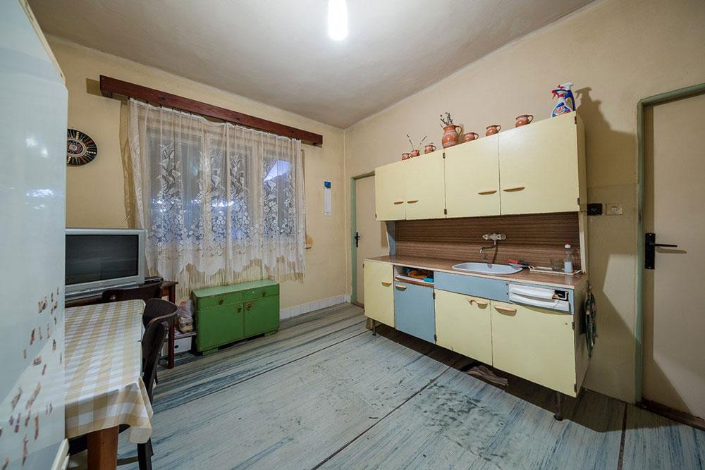 Takto vyzerala pôvodná kuchyňa s jediným väčším oknom nasmerovaným do záhrady.