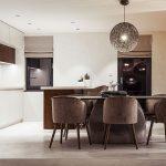 Čisto a jednoducho pôsobiaca kuchynská linka a svetlá podlaha nechávajú vyniknúť dizajnový jedálenský stôl s keramickou doskou a zamatové stoličky, ktoré navodzujú presne ten požadovaný dojem niečoho výnimočného.