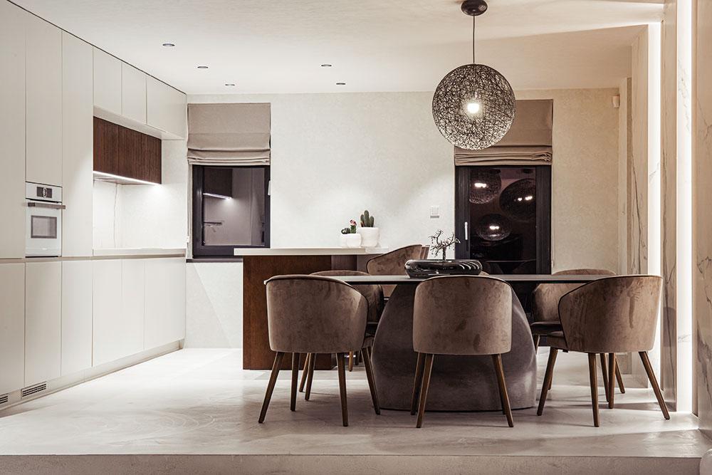 kuchynská linka a svetlá podlaha