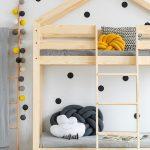 Štýlová posteľ RABBIT z lepeného borovicového dreva v tvare domčeka. Veľkosť lôžka si môžete vybrať až z dvanástich rôznych rozmerov. Viac na www.mebline.sk