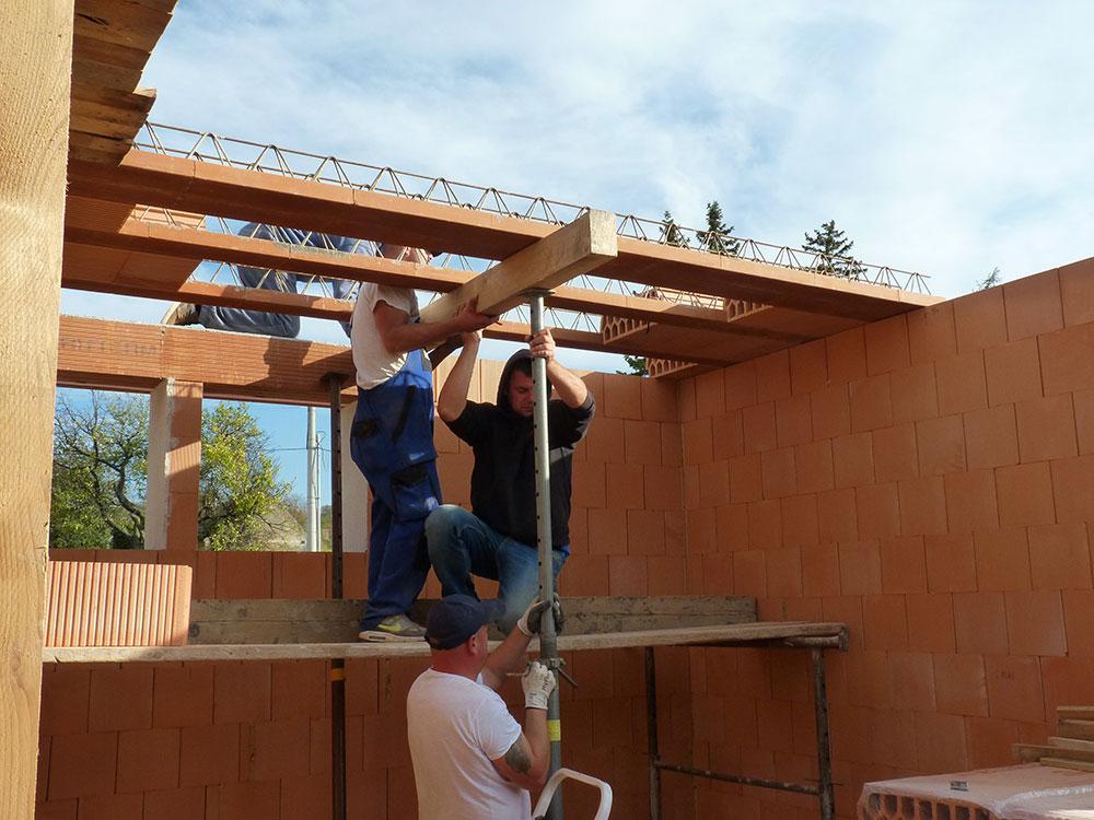 Ihneď po uložení treba nosíky podoprieť v predpísaných vzdialenostiach, každých 1 750 mm. Na 3,5 m dlhej stene teda bude stačiť podoprieť každý nosník v strede. Použijeme drevený hranol a dve oceľové podpery.