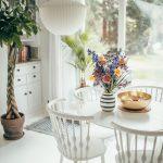 jedálenský stôl s vázou a kvetinami