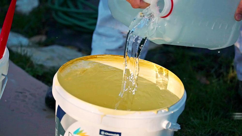 Zriedenievodou. Farbu, ktorá bude tvoriť penetračnú vrstvu, zrieďte vodou vpomere 1 l farby : 1 l vody a dôkladne premiešajte.