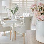 Vázy, kvety a dekorácie nájdete v celom dome. Príjemnú atmosféru pri stolovaní Paula docielila vysokými oknami po oboch stranách stola. Slnečné lúče prenikajú pomedzi lamely žalúzií na stôl a táto hra svetla je zakaždým iná.