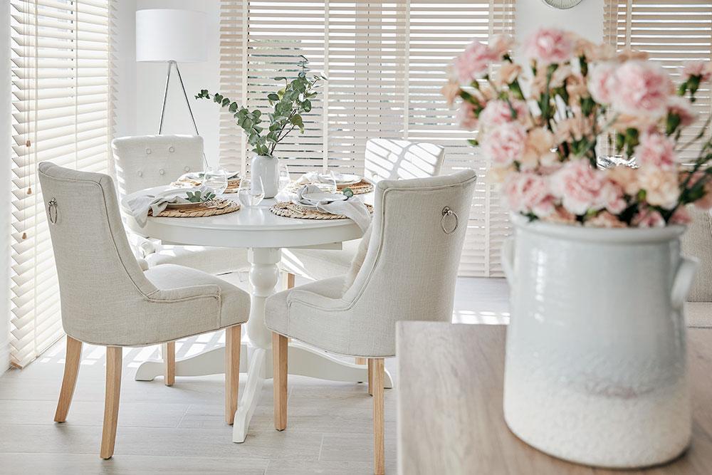 jedálenský kútik s bielou vázou na kvety