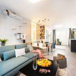 Pri celkovej rekonštrukcii sa zdvojizbového bytu so samostatnou kuchyňou stal trojizbový sotvoreným denným priestorom. Presťahovaním kuchyne do dostatočne veľkej obývačky sa uvoľnila miestnosť na novú manželskú spálňu, do obývačky sa zároveň vošlo všetko, čo bolo pre majiteľov dôležité– veľký gauč aj mačací priestor na škriabanie, lozenie askrývanie.