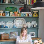 Starý príborník je perfektné miesto, kde si Rhiannon mohla vystaviť svoju zbierku starožitných drobností do kuchyne amodro-bieleho porcelánu. So zbieraním porcelánu začala, keď zdedila prvé kúsky po babičke.