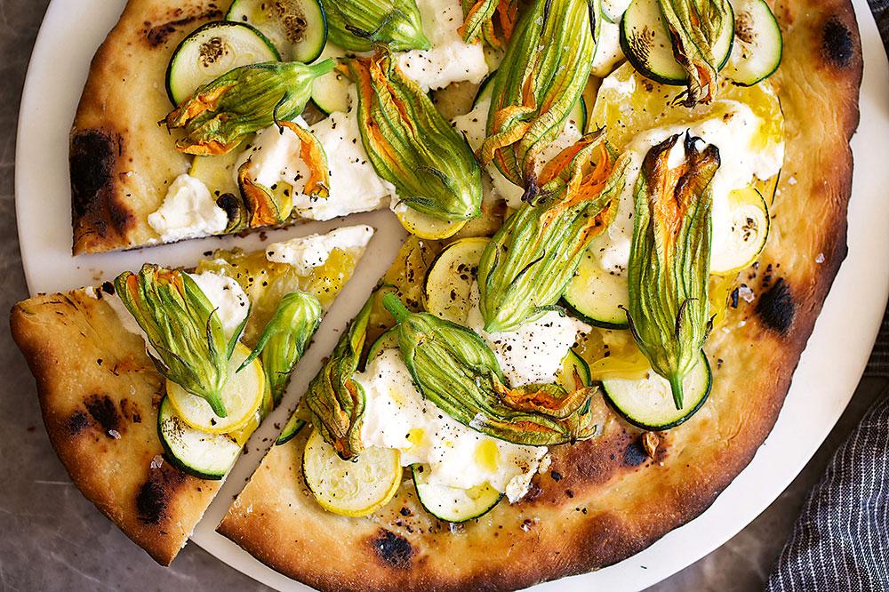 pizza s riccotou a jedlými kvetmi