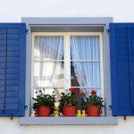 Na okenice, okenné rámy, dvere aďalšie stabilné drevené prvky sú vhodné nátery, ktoré na povrchu vytvárajú odolnú ochrannú vrstvu, ako sú hrubovrstvové (lakové) lazúry, laky alebo krycie farby. Zvyšujú pevnosť povrchu adobre sa čistia, nátery vhodné na okná mávajú aj tzv. anti-blocking efekt ktorý zabezpečí, aby sa rámy nezlepili. Farebným náterom môžete prekryť drobné chybičky krásy adodať dreveným prvkom osobitý štýl.