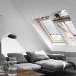 Markízy na strešné okná sú špeciálny prípad. Vonkajšie markízy VELUX sú vyrobené zpriehľadnej sieťoviny apredstavujú jednoduchší variant exteriérového tienenia strešných okien – odrazia slnečné lúče skôr, než dopadnú na sklo, takže dokážu citeľne znížiť teplotu vinteriéri, zároveň však ponechajú výhľad von aprepúšťajú dnu svetlo. Pohodlné diaľkové ovládanie sa dá zaistiť aj solárnym pohonom, pri ktorom sa zaobídete bez prívodného kábla. (velux.sk)