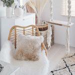Spálňa na poschodí farbami amateriálmi harmonizuje sprízemím. Je plná hrejivých textílií, prírodných materiálov, ako sú drevo aratan, aPaulinmu srdcu blízkych dekorácií. Bonbónikom je hojdačka skrásnymi ručne viazanými lanami.
