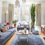 Svetlá aslnečná obývačka bola jednou zprvých vecí, ktoré sa Rhiannon vdome zapáčili. Vzor na oknách sama namaľovala – poskytol rodine súkromie bez toho, aby bránil prístupu svetla.