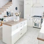 Priestranná otvorená kuchyňa s vanilkovou linkou je mimoriadne svetlá a od zvyšného priestoru ju opticky delí podlaha so zaujímavým vzorom. Kuchynský ostrov tvorí tiež akúsi pomyselnú hranicu medzi kuchyňou, vstupnou chodbou a schodiskom.