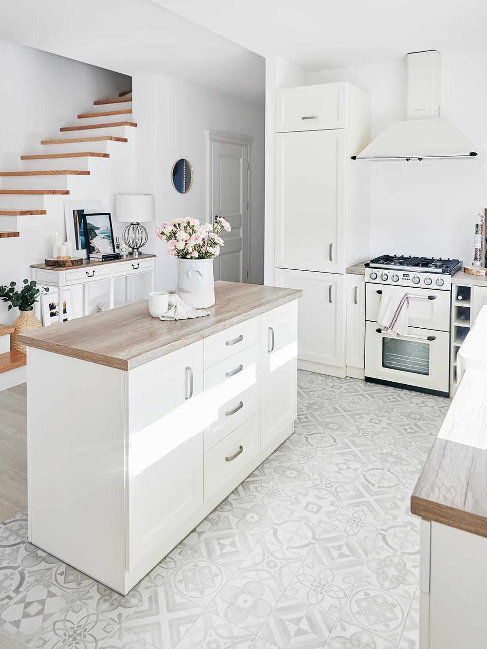 Priestranná otvorená kuchyňa s vanilkovou linkou