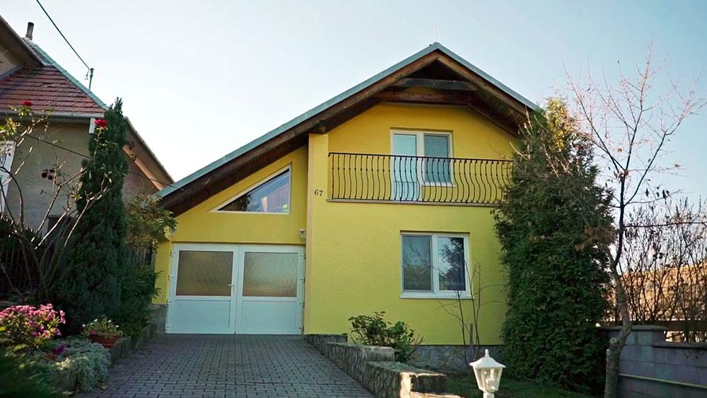 dom natretý fasádnou farbou