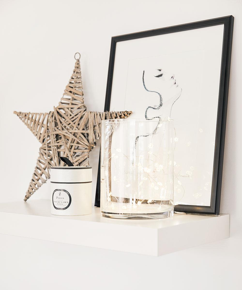 Dekorácie vpodobe sviečok, lampášov, fotografií aobrazov Paula scitom vyberá aaranžuje vo všetkých častiach domu tak, aby odzrkadľovali záujmy avkus domácich.