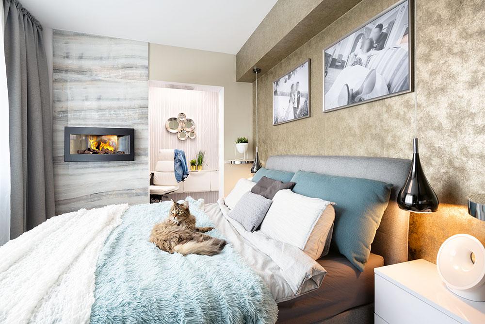 Farebný koncept zjednocuje všetky miestnosti vbyte – na nábytku sú všade použité len tri farby – antracitová, béžová abiela. Hoci tu nenájdete žiadne drevo ani drevodekor (nábytok stextúrou dreva nemajú Bára aMartin veľmi radi), aj tak pôsobí byt útulným dojmom vďaka neutrálnemu základu avhodne zvoleným doplnkom. Príjemnú atmosféru vspálni dotvára aj krb na biolieh, za ktorým je na stene veľkoformátový keramický obklad.
