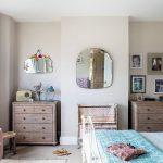 Ako textilná návrhárka má Rhiannon výborný cit pre kombinovanie farieb. Niektoré odtiene použité vdome si dokonca namiešala sama – napríklad aj ten na stenách vspálni, kde túžila po teplejšom tóne sivej. Celkovo zvolila do spálne veľmi jemné farby, ako je svetloružová či svetlomodrá.