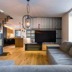 priestor obývačky spojenej s kuchynským kútom a jedálňou.