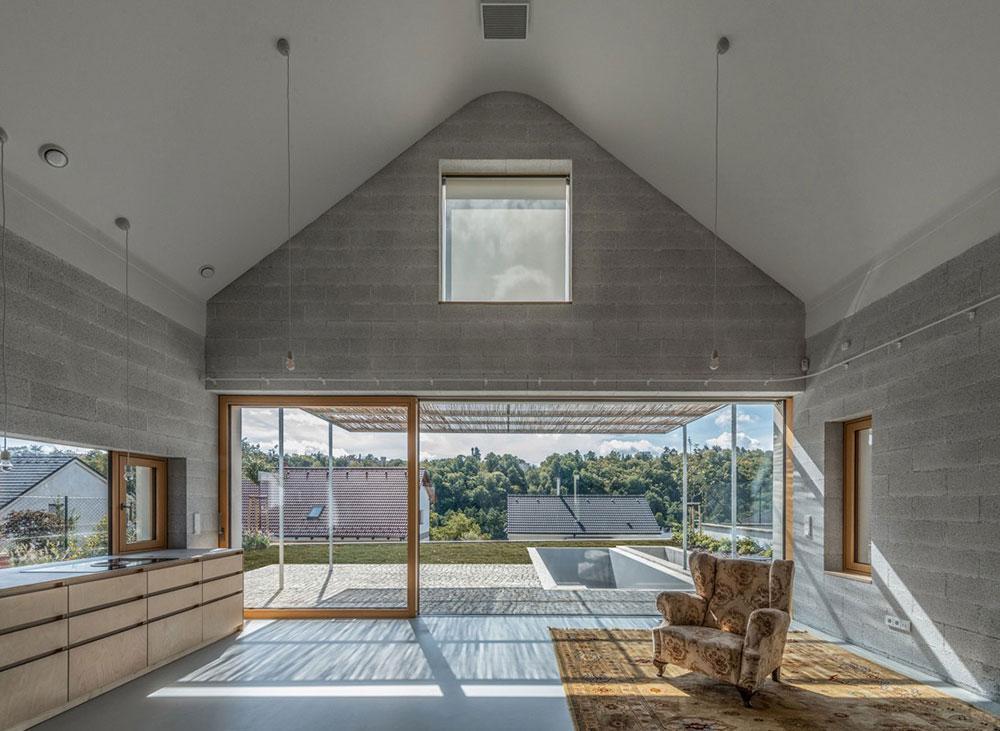 priestranný spoločenský priestor v dome so vzorovaným kreslom
