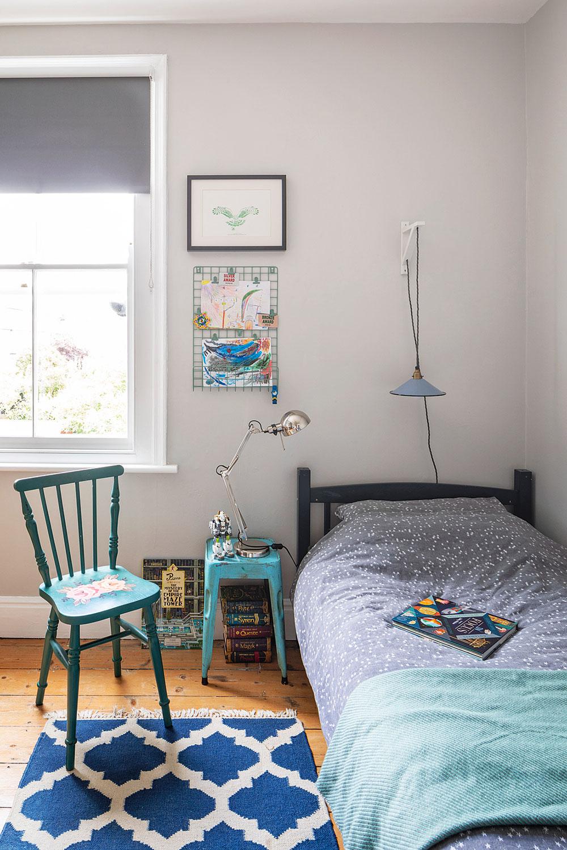 Drevené podlahy, svetlosivé steny amodré akcenty vytvárajú vcelom dome pokojnú atmosféru, ato aj vizbách chlapcov.