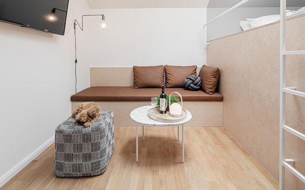 malá obývacia izba s pohovkou