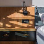 detail nočného stolíka