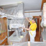 Zakrytie nábytku. Pred maľovaním presuňte veľký nábytok do stredu miestnosti. Podlahu chráňte vlnitou lepenkou, na nábytok, okná a plochy, ktoré neplánujete maľovať, použite zakrývaciu fóliu, ktorú upevníte pomocou maliarskej pásky. Ušetríte si tým prácu pri upratovaní.