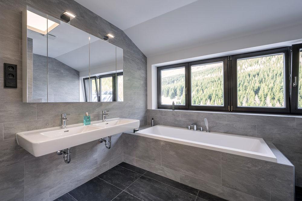 kúpeľňa so sivým obkladom a vaňou