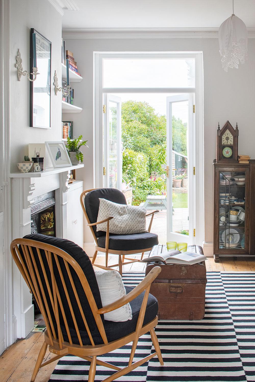 Druhá obývačka vzadnej časti domu poskytuje ďalší priestor na relax, ktorý navyše priamo nadväzuje na záhradu. Je tu tiež umiestnená zbierka starožitného porcelánu, ktorú má Rhiannon uloženú vdobovej sklenenej vitríne zdedenej po manželovej babičke.
